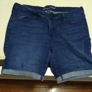 Universal Thread size 20 cuffed Bermuda shorts